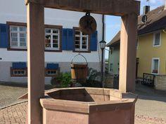 Dieser alte Radbrunnen liegt am früheren Marktplatz und wurde wahrscheinlich zwischen 1200 und 1250 erbaut. Im 18. oder 19. Jahrhundert wurde das Rad des Brunnens durch eine Holzpumpe ersetzt. Im Jahr 1907 wurde eine Wasserleitung erstellt und der Brunnen wurde überflüssig. #edgarten #gartenblog #mahlberg Berg, Pergola, Outdoor Structures, Patio, Outdoor Decor, Home Decor, Water Well, Germany