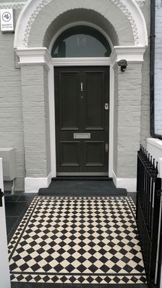 PATH Classic 70mm black and white Victorian mosaic main tile with classic 50mm border.