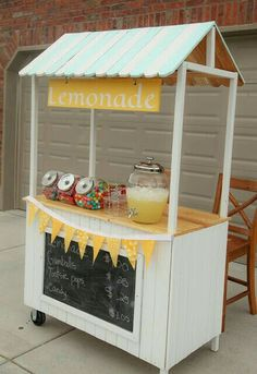 23 Joyful DIY Lemonade Stands to Build Happily A spectacular teachable moment is the lemonade stand for children and a really fun one for parents, we invite you to take on your DIY Lemonade Sand project! Projects For Kids, Diy For Kids, Crafts For Kids, Diy Projects, Kids Lemonade Stands, Lemonade Stand Sign, Bar Deco, Food Cart Design, Deco Champetre