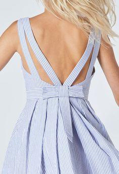 La robe RENCONTRE OPE sera votre plus bel allié. En coton rayé bleu ciel et blanc, elle est dotée de larges bretelles et d'un décolleté en V rehaussé par des pinces poitrines. Structurée par une ceinture à la taille et des plis plats sur le bas de robe, elle se fait audacieuse dans le dos avec ses doubles bretelles et son large noeud plat. Féminine et délicate, elle vous habillera en un clin d'oeil. <br><br>• En coton rayé bleu ciel et blanc<br>• Larges bretelles qui se dédoublent dans le…