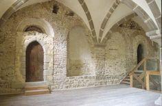 l'aula carolingienne du palais de Mayence. -ARCHITECTURE CAROLINGIENNE, MAYENCE, 8: L'aula était éclairée par de larges arcades en briques. Chacune des arcades encadrait une fenêtre, donnant à l'origine un caractère très lumineux et noble à cette salle et indique que l'on est dans un lieu de prestige. Ce sont essentiellement ces arcades en briques (composées d'argile) qui ont données la date de la construction du 1° bâtiment en pierre, vers 900-920.