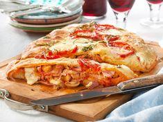 Pizza Calzone nach italienischem Rezept - 1 A Food &Noodle - Italian Soup, Italian Dishes, Italian Recipes, Pizza Taco, Pizza Hut, Sauce Marinara, Pesto Sauce, Types Of Sandwiches, Pasta Types