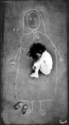 Niña iraquí de un orfanato que extrañaba tanto a su mamá que la dibujó en el piso para dormir con ella.