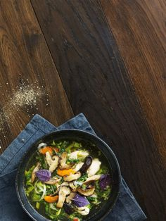 Asiatisk kyllingesuppe med kål  En smuk suppe med asiatisk strejf og grøn velsmag.