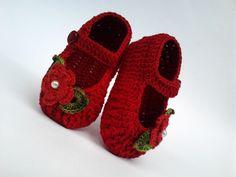 Sapatinho de crochê feminino vermelho-escuro; flor vermelha-clara; folhas verdes; botão lateral vermelho; pérola branca.    MEDIDAS > ESCOLHA QUALQUER MEDIDA:  8 cm, 9 cm, 10 cm, 11 cm, 12 cm.  8 cm é para recém nascido.    DICAS PARA ESCOLHER A MEDIDA IDEAL DO SAPATINHO:  1 O número dos sapatinh...