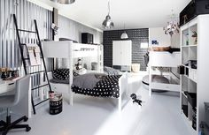 Delt barnerom i svart sort og hvitt interiør møbler