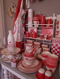 Beautiful selection of ceramic red and white kitchen accessories. Red and White Dinner Plate Sets. This selection has a Shabby Chic feel to it. Shabby Chic Kitchen, Vintage Kitchen, Red Kitchen Decor, Deco Retro, Retro Vintage, Red And White Kitchen, Vibeke Design, White Cottage, Red Gingham
