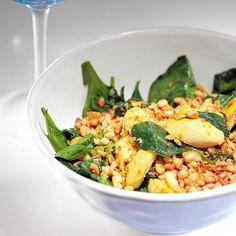 Теплый салат с курицей и шпинатом