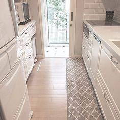 女性で、3LDKのモダン/框/グレー/大人可愛い/グレーの壁/グレーのLDK…などについてのインテリア実例を紹介。「グレー×白い框のキッチン♡ 調理台はグレーの人造大理石。 マットもグレーのモロッカン柄。 」(この写真は 2017-08-25 17:32:12 に共有されました)