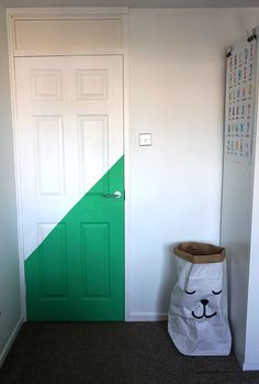 How to paint an interior door - practical tips and over 100 inspiring ideas The big trends in interior design have already been unveiled. On the program: the colorful entrance doors that are true decorative elements. Home Decor Basement Painting, House Painting, Painted Trays, Painted Doors, Honeycomb Tile, World Map Wallpaper, Yellow Doors, Paint Colors For Home, Cool Walls