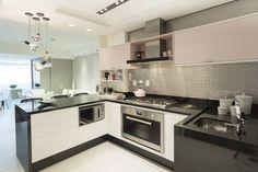 Cozinha preta e branca, com pastilha metálica