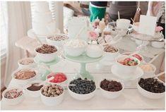 Frutos rojos, chocolate y golosinas para deleite de los invitados en tu mesa de postres para boda en verano