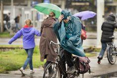 Utrecht. Door regen en wind fietsen.