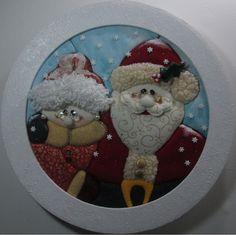 Ms. and Mrs. Claus (Papá Noel y Mamá Noel). Trabajo en patchwork sin aguja (falso patchwork) con marco de madera decorado con relieve.