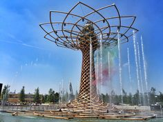 Fountains dance to Italian music at The Tree of Life - 10 Things to Do at Milan Expo - via Luxe Adventure Traveler