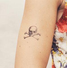 Cartolina Skull temporary tattoo - for the serious Pirate Girl! Pirate Skull Tattoos, Pirate Tattoo, Skeleton Tattoos, Fake Tattoos, Small Tattoos, Cool Tattoos, Tatoos Men, Temp Tattoo, Tattoo You