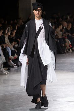 See all the Collection photos from Yohji Yamamoto Spring/Summer 2018 Ready-To-Wear now on British Vogue Yohji Yamamoto, Fashion Details, Look Fashion, Unique Fashion, Mens Fashion, Fashion Menswear, Fashion Clothes, Fashion Photo, Spring Fashion Trends
