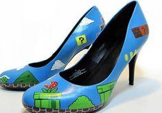 Estos divertidos y azules zapatos causarán sensación con tus amigas.