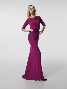 Vestido de fiesta (modelo GRADILA) de color rosa con un escote delantero tipo barco y con escote a espalda redonda . Vestido corto de la línea sirena y manga tres cuartos (punto, bordado hilo y pedreria)