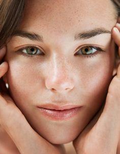 Nombreuses sont les femmes qui, quel que soit leur âge, souffrent d'imperfections cutanées. La notion d'acné, à tort considérée comme une maladie, est parfois floue et ses différentes formes ne sont pas faciles à déterminer. Nous vous livrons les bons gestes à adopter pour éliminer vos problèmes de peau. http://www.elle.fr/Beaute/Soins/Tendances/Acne-les-bons-gestes-pour-une-peau-zero-defaut-2695830