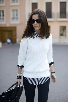 blusas ligeras mezcladas con  sweaters cerrados de tejidos ligeros.