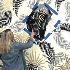 Tropical patterns are IN! Palm Fronds and Palmetto Leaves Stencil pattern ideas … Tropical patterns are IN! Palm Fronds and Palmetto Leaves Stencil pattern ideas in black and gold with a modern twist! Love this accent wall makeover Large Wall Stencil, Leaf Stencil, Stencil Fabric, Stencil Patterns, Stencil Designs, Room Wall Painting, Stencil Painting On Walls, Palmetto Leaf, Cutting Edge Stencils