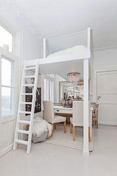 Studio Apartment Loft Bed ljust genomgångshem med fint mattlackerat trägolv, modern interiör