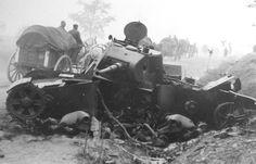 Немецкий обоз проходит у разрушенного советского танка Т-26. образца 1939 г