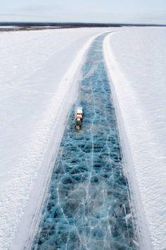 Camion percorrono strade di ghiaccio nel nord dell'Alaska. La lastra di ghiaccio sotto ha svariati metri in spessore.: