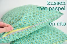Incredible A Tutorial for a cushion that met paspel and a zipper pocket Sewing Hacks, Sewing Tutorials, Sewing Crafts, Sewing Projects, Diy Crafts, Sewing Pillows, Diy Pillows, Piping Tutorial, Zipper Tutorial