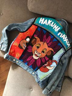 LION KING denim jacket hand painted hand made - Trend Disney Stuff 2019 Painted Denim Jacket, Painted Jeans, Painted Clothes, Hand Painted, Denim Paint, Diy Clothing, Custom Clothes, Running Clothing, Denim Kunst