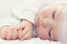 """O autor do livro """"The Happiest Baby On The Block"""", Dr. Karp, ensina como fazer os bebês dormirem profundamente em 10 passos. Confira!"""