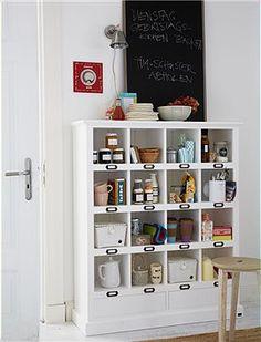 Regal Dieses wunderbare Regal bietet in 16 Fächern und zwei Schubladen jede Menge Platz für Ordnung.