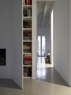 High ceilings, light colors, continuous concrete pavement, no frames, baseboards and handles ... and storage spaces that are hidden behind doors built into the wall.