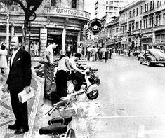 O ponto de estacionamento de motonetas na Avenida Luiz Xavier era local de encontro de jovens aficionados nas ditas lambretas. Década de 1960.