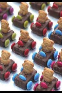 Teddy Bear Race Cars 1 bag mini Milky Way bars 1 family bag of M 1 box mini teddy grahams 1 tube icing paste for glue Glue each of the 4 wheels (M) to sides of candy bars. Press into each center a tiny teddy cookie. Glue on M for steering wheel. Cute Food, Good Food, Comida Para Baby Shower, Biscuits Graham, Teddy Grahams, Tiny Teddies, Food Crafts, Kids Crafts, Edible Crafts