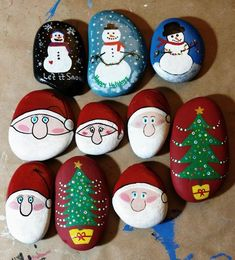 Try these Cute Christmas Rock Painting ideas for Kids - Total Survival Rock Painting Patterns, Rock Painting Ideas Easy, Painting For Kids, Stencil Painting, Pebble Painting, Pebble Art, Stone Painting, Christmas Art, Rock Crafts