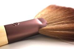 Deluxe fan brush by Ecotools More info on the blog: http://teatimeinwonderland.co.uk/lang/en/2013/05/01/ecotools-new-brushes