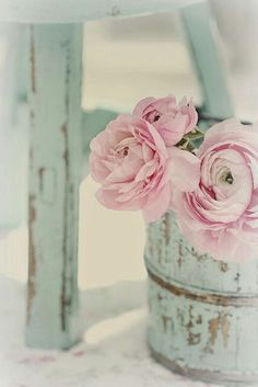 Shabby Chic with Spring flowers in a pretty pink pastel shade Decoration Shabby, Shabby Chic Decor, Flower Decoration, Vintage Decor, Pink Flowers, Beautiful Flowers, Pink Peonies, Ranunculus Flowers, Vintage Flowers
