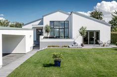 Arkitekturen er enkel og stilren med hvidpudsede facader, niveauforskydning og sort tagpap. Se dette skønne Forma hus med sadeltag.