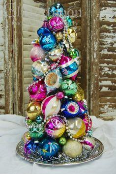 Kerstboom opgebouwd met kleurrijke kerstballen, nog leuker met lampjes.