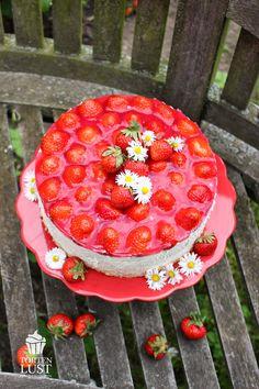Schaut mal, kommt euch diese Torte bekannt vor? Ich gebe euch einen Tipp:       Gestern habe ich euch ein paar Bilder und das Rezept einer ...