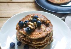 Mouku prosyjte společně s práškem do pečiva do větší mísy. Přidejte skořici, kokos, rozmačkaný banán, mléko a borůvky. Promíchejte a z těsta opékejte lívance na nepřilnavé pánvi 2 minuty z každé strany. Pancakes, Food And Drink, Být Fit, Breakfast, Morning Coffee, Pancake, Crepes