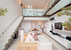 Loft com escada aberta e guarda-corpo em vidro.