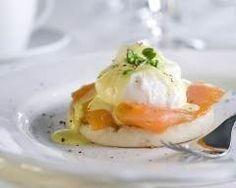 Oeufs pochés au saumon fumé et sauce hollandaise : http://www.cuisineaz.com/recettes/oeufs-poches-au-saumon-fume-et-sauce-hollandaise-78517.aspx