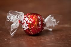 Who doesn't like Lindt? Lindt Lindor, Chocolate Lovers, Truffles, Class Ring, Christmas Bulbs, Fancy, Make It Yourself, Holiday Decor, Mothers