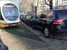 Domenica mattina, stazione Centrale, Milano: il proprietario di un suv ignora i binari e posteggia ostruendo il passaggio ai tram. E così quando è arrivato il primo tram 9, ormai quasi a fine corsa, si è ritrovato il percorso sbarrato dal Touareg parcheggiato sulle rotaie. Il tr