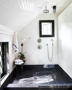Une salle de bain sous les combles en noir et blanc.