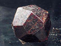 Krystal pyropu z Madagaskaru