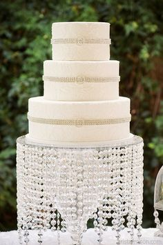White Damask Wedding Cake♥ the chandelier effect on the cake plate
